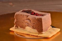 Dolce del caramello, dessert della mousse su un piatto immagine stock libera da diritti