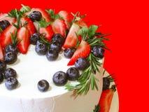 dolce del Fragola-mirtillo sul biscotto Fotografia Stock