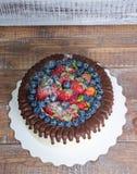 Dolce del gocciolamento di colore del cioccolato con i mirtilli e le fragole e Fotografia Stock Libera da Diritti