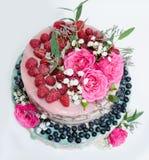 Dolce del gocciolamento di colore di nozze con le rose, i mirtilli ed i lamponi Immagine Stock