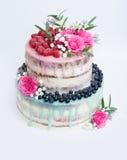 Dolce del gocciolamento di colore di nozze con le rose, i mirtilli ed i lamponi immagini stock libere da diritti