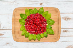 Dolce del lampone decorato con le foglie del basilico Fotografie Stock