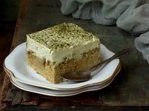 Dolce del latte di verde tre con il matcha giapponese del tè su fondo di legno Dessert tradizionale dei leches di America Latina  Immagine Stock Libera da Diritti