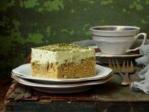 Dolce del latte di verde tre con il matcha giapponese del tè su fondo di legno Dessert tradizionale dei leches di America Latina  Fotografie Stock