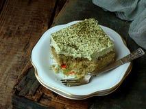 Dolce del latte di verde tre con il matcha giapponese del tè su fondo di legno Dessert tradizionale dei leches di America Latina  Immagini Stock Libere da Diritti