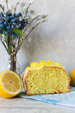 Dolce del limone con la glassa del limone Fotografia Stock