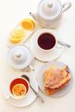 Dolce del limone con tè Immagini Stock
