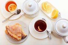 Dolce del limone con tè Fotografia Stock