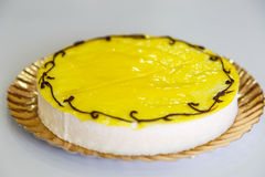 Dolce del limone dettagliatamente sopra bianco immagini stock