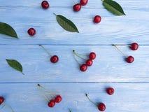 Dolce del modello della ciliegia su un'estate di legno di struttura del fondo fotografia stock libera da diritti