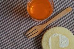 Dolce del rotolo con soda arancio fotografia stock