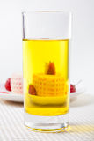 Dolce del rotolo della fragola con la bevanda Immagini Stock