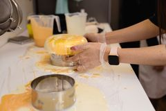 Dolce del yogurt della mousse Le ragazze cucinano e creano un disegno della mousse sul dolce Glassa congelata dello specchio sul  fotografie stock libere da diritti
