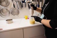 Dolce del yogurt della mousse Ragazze in un processo di cottura Capolavori culinari fotografia stock libera da diritti