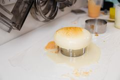 Dolce del yogurt della mousse Un disegno della mousse sul dolce Glassa congelata dello specchio sul dolce Capolavori culinari fotografia stock