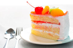 Dolce delizioso, guarnizione della frutta del dolce della vaniglia con la frutta decorata Fotografia Stock Libera da Diritti