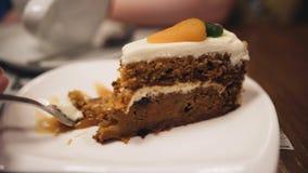 Dolce delizioso su un piatto La ragazza lo mangia con una forcella Fine in su archivi video