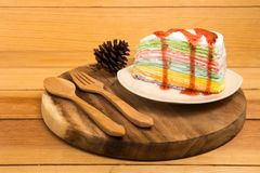 Dolce dell'arcobaleno in piatto bianco Fotografia Stock Libera da Diritti