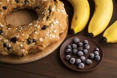 Dolce della banana con i mirtilli ed il cereale Immagine Stock