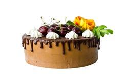Dolce della ciliegia del cioccolato con le rose Immagini Stock