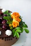 Dolce della ciliegia del cioccolato con le rose Immagine Stock