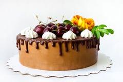 Dolce della ciliegia del cioccolato con le rose Fotografie Stock