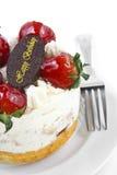 dolce della crema del burro della fragola con il piatto del cioccolato di compleanno & per Immagini Stock