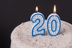 Dolce della crema del cioccolato con 20 candele sulla cima Fuoco selettivo sopra Fotografia Stock Libera da Diritti