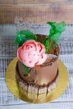Dolce della crema del cioccolato con la peonia del cioccolato e la decorazione del isomalt Fotografie Stock