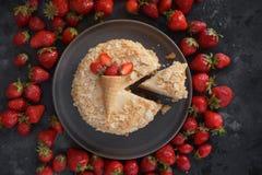 Dolce della fragola, millefoglie, Millefeuille, dolce crema della fetta su fondo scuro, dessert fatto a mano, confetteria Immagini Stock Libere da Diritti