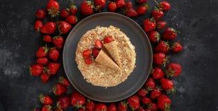Dolce della fragola, millefoglie, Millefeuille, dolce crema della fetta su fondo scuro, dessert fatto a mano, confetteria, Topvie Fotografie Stock