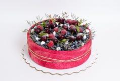 Dolce della frutta del biscotto di nozze di Rosa con le bacche e un certo verde Immagini Stock