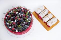 Dolce della frutta del biscotto di nozze di Rosa con le bacche e un certo verde Fotografia Stock