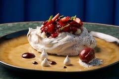 Dolce della frutta di Pavlova e gelato casalinghi della bacca immagini stock