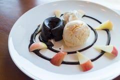 Dolce della lava della cioccolata calda con la palla del gelato alla vaniglia immagini stock