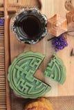 Dolce della luna di festival - dessert della porcellana con tè verde Fotografie Stock Libere da Diritti