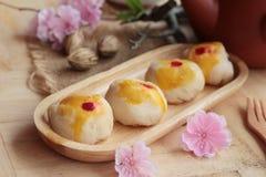 Dolce della luna di festival - dolce cinese e tè Fotografia Stock