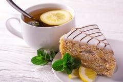 Dolce della mandorla e tazza di tè. prima colazione fotografie stock