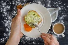 Dolce della menta su un piatto con i mandarini in mani I precedenti sono una superficie scura spruzzata con lo zucchero in polver fotografie stock