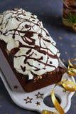 Dolce della pagnotta del cioccolato decorato con cioccolato glassante e di fusione crema montato Concetto di celebrazione del nuo fotografia stock