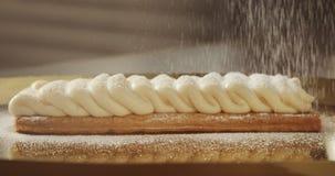 Dolce della pasta sfoglia con crema e zucchero che cadono su  stock footage