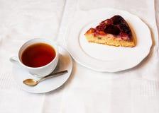 Dolce della prugna e tazza di tè Fotografia Stock