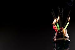 Dolce della tazza con le candele di compleanno e del fuoco d'artificio immagine stock libera da diritti