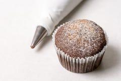 Dolce della tazza del cioccolato con la borsa stridente sui precedenti di marmo bianchi Fotografia Stock Libera da Diritti