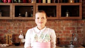 Dolce della tenuta della donna di abilità del cuoco del ritratto del cuoco unico di pasticceria video d archivio