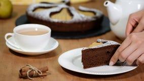Dolce della torta del cioccolato con la pera Brownie casalingo di autunno video d archivio