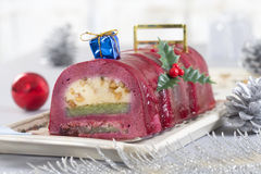 Dolce dello swiss roll del cioccolato con le bacche rosse Fotografia Stock Libera da Diritti