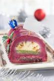Dolce dello swiss roll del cioccolato con le bacche rosse Fotografie Stock