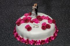 Dolce di anniversario con la sposa e lo sposo per nozze d'argento immagine stock libera da diritti