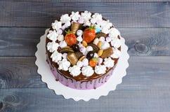 Dolce di anniversario di nozze con la decorazione del cioccolato e del merengue Immagini Stock Libere da Diritti